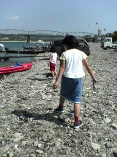 仁淀川河川敷で水中を泳ぐ鯉のぼりを見る