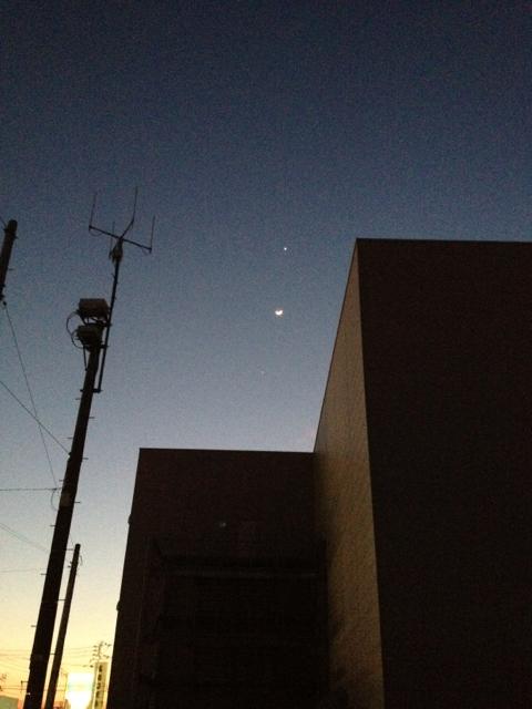西の空に金星、月、木星